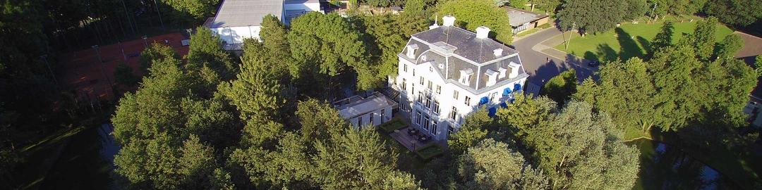 Luchtfoto van gemeentehuis